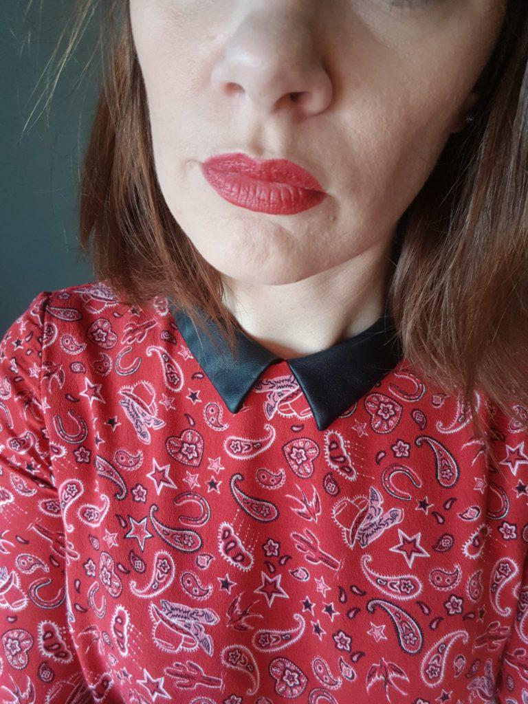 Jumbo boho teinte rouge mat intense porté sur mes lèvre
