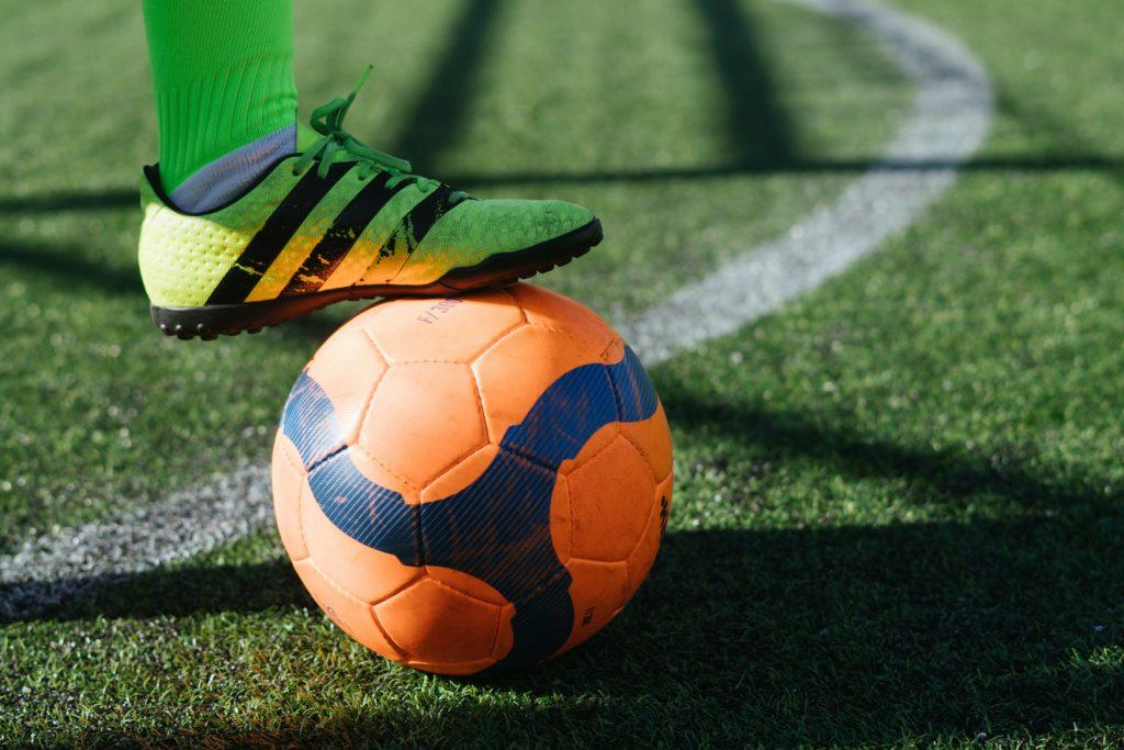 ballon de football et chaussures crampon de football